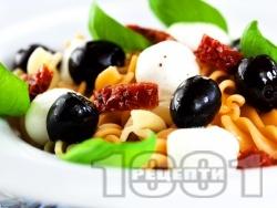 Салата с фузили, моцарела, сушени домати и маслини  - снимка на рецептата